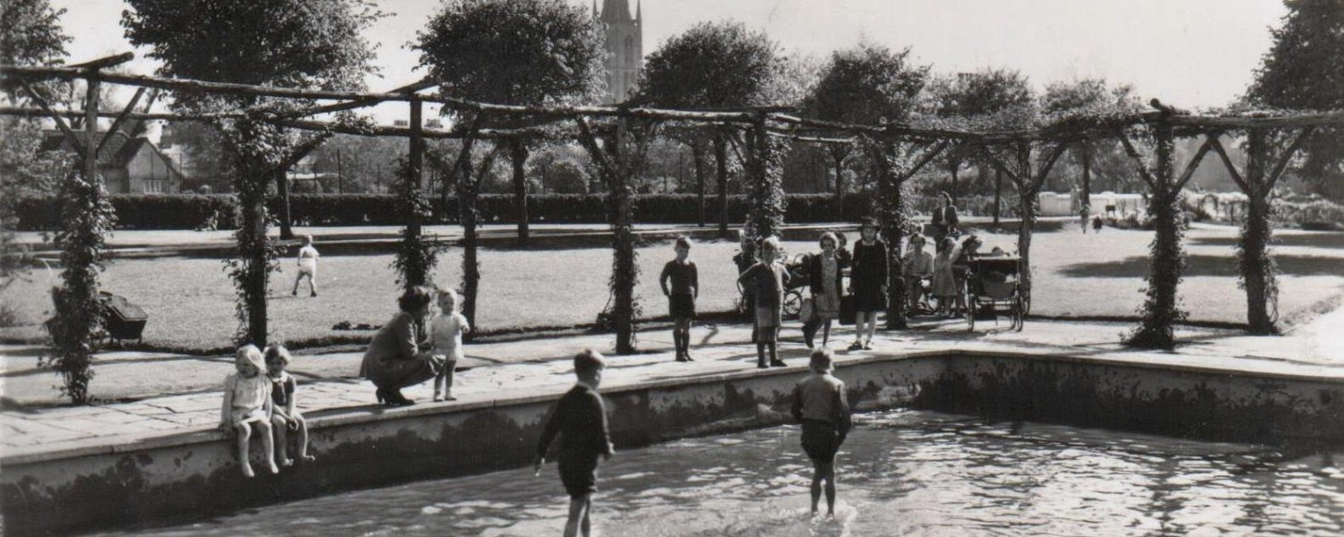 1962 - The paddling pool as popular as ever. Image courtesy J Valentine via Grantham Civic Society-1962 - The paddling pool as popular as ever. Image courtesy J Valentine via Grantham Civic Society